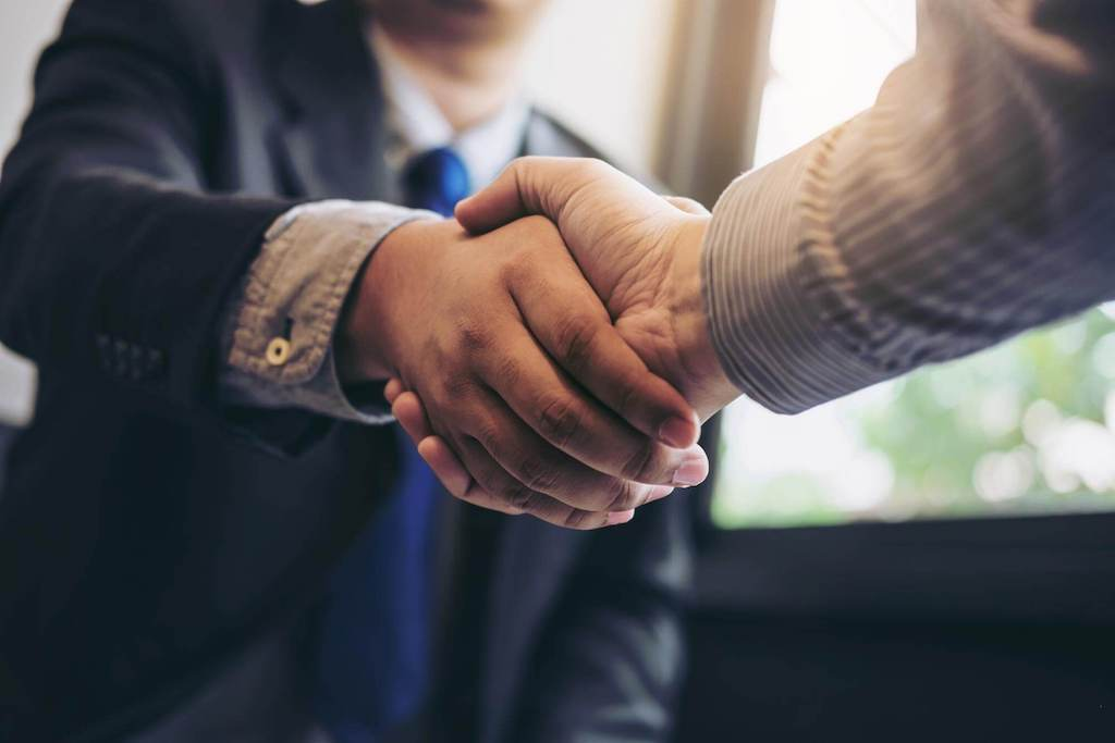 A business owner and 3PL partner shake hands.